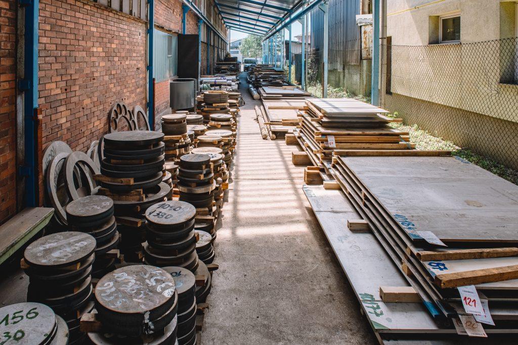 V skladišču Niro steel-a smo informacijski sistem nadgradili z rešitvijo kalkulacije proizvoda, sistemom spremljanja rezervacij materiala in polizdelkov, sistemom razreza plošč in spremljanja ostankov plošč in polizdelkov.